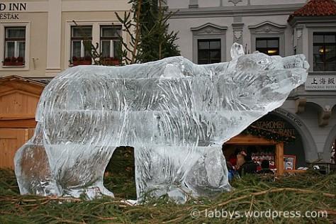 Eisbär auf dem Weihnachtsmarkt Cesky Krumlov
